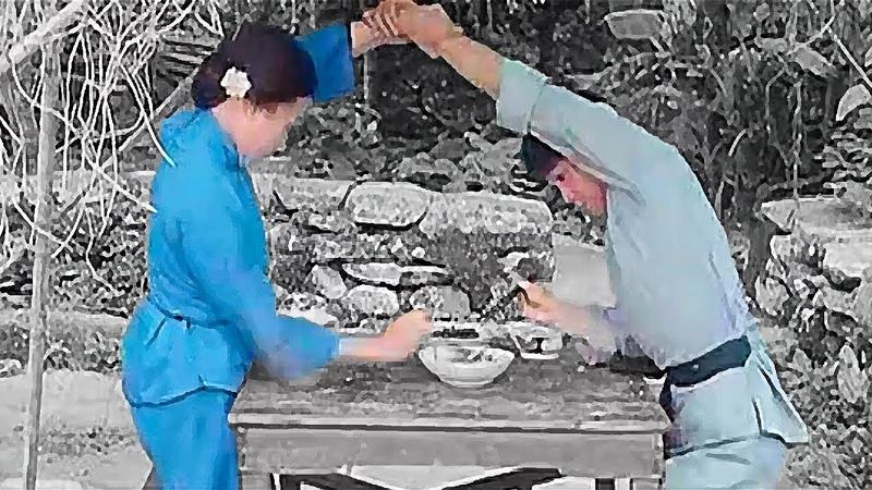 Мать учит сына кунг фу во время еды Mother teaches her son kung fu while eating