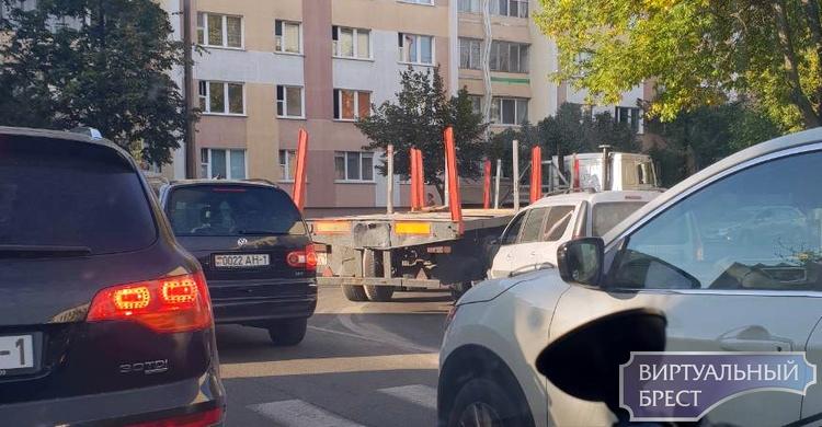 На Папанина автомобиль МАЗ при повороте на Пушкинскую наехал на легковушку