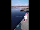 Аня ловит рыбу
