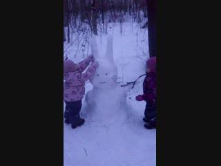 лепим снегозайца :)))