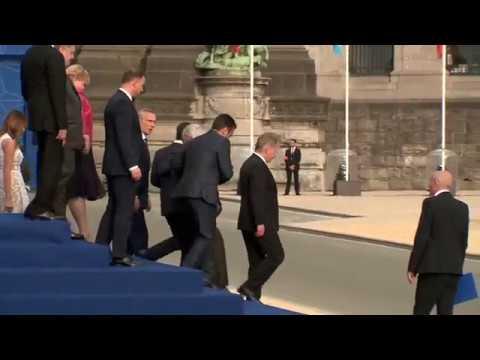 Пьяный Юнкер едва не упал на Порошенко