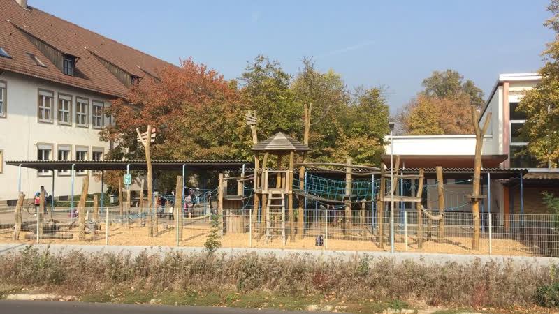 Обычная школа и детская площадка в Германии