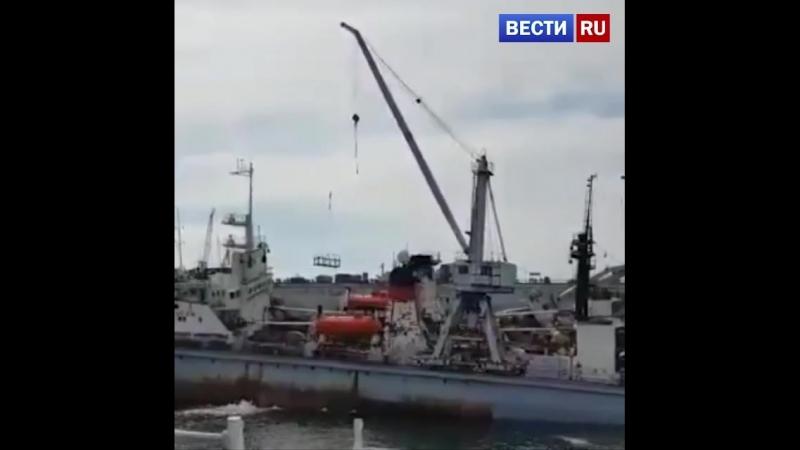 Рухнувший кран проломил плавучий док на судоремонтном заводе в Приморье
