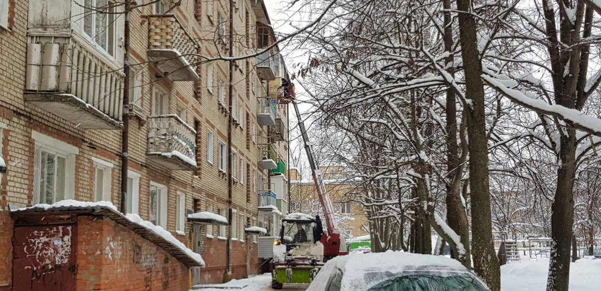 Очищаем снег и наледь с крыш домов