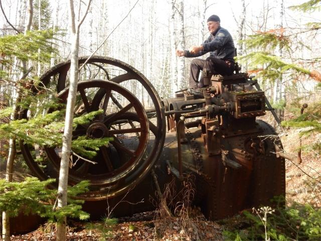Старинная паровая машина в лесу под Красноярском