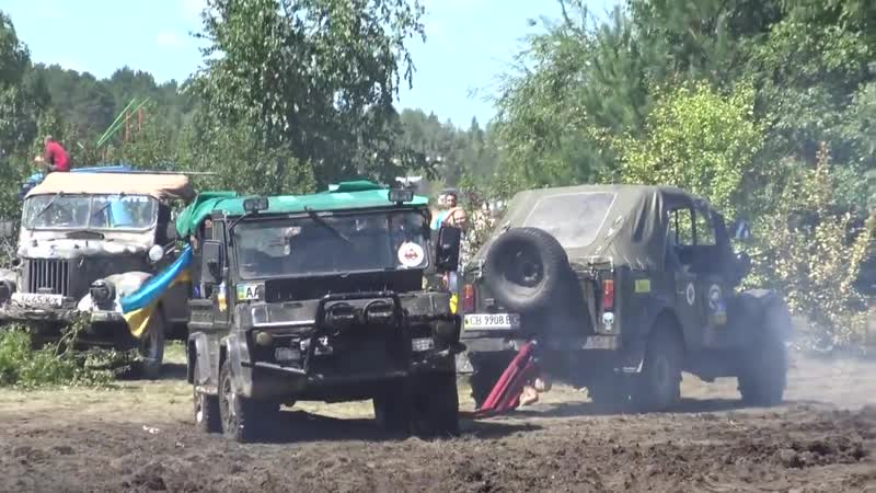 Off-road 4x4 ГАЗ 69 вырывает ЛУАЗ из болота