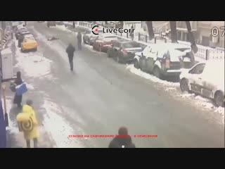 Водитель такси протащил несколько сотен метров рабочего под машиной в центре Москвы