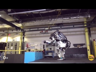 Робот Атлас показал паркур!