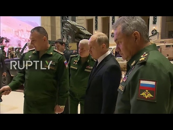Poutine visite une exposition d'armes saisies aux militants de l'EI