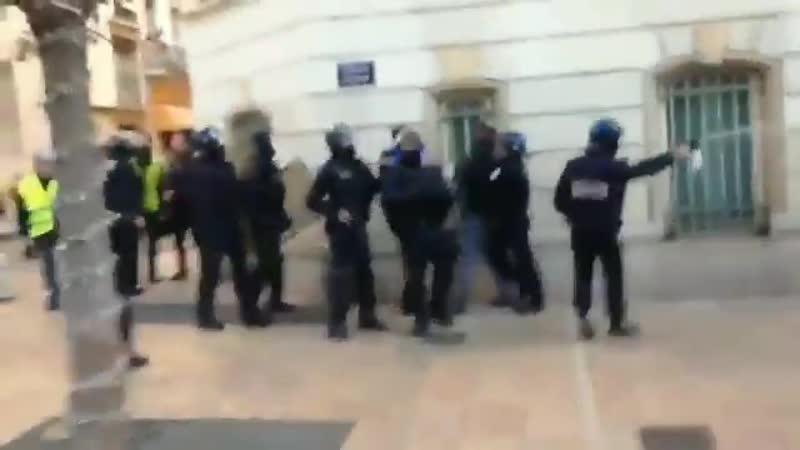 Un policier filmé en train de frapper à mains nus des manifestants à Toulon lors de là manifestations des GiletsJaunes