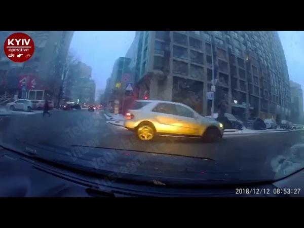 Mercedes зніс жінку на пішоходному переході, посадив в авто і поїхав