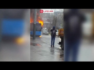 Троллейбус с пассажирами охватило огнем в считанные секунды на юго-западе Москвы
