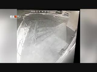 В Екатеринбурге хулиганы разбили Cadillac