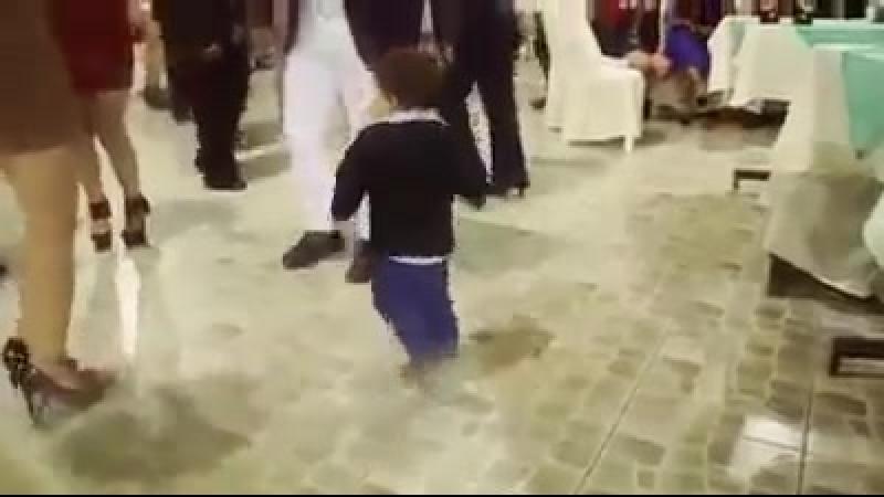 Beb peruano bailando huayno cajamarquino lo lleva en la sangre.