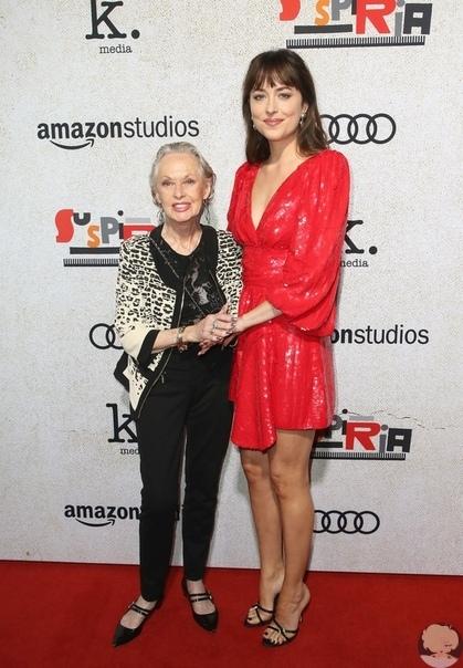 В Лос-Анджелесе состоялась премьера фильма ужасов «Суспирия», на которой Дакоту Джонсон пришла поддержать её 88-летняя бабушка Типпи Хедрен.