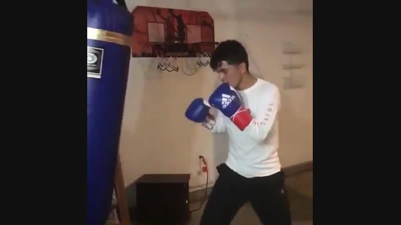 Этот парень - монстр бокса.