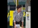 Ли Кван Су продает кофе для благотворительной акции.