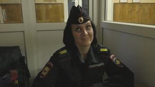 Сотрудница полиции блещет знанием законов и приказов )