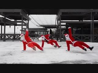 Танцующие Деды Морозы на набережной