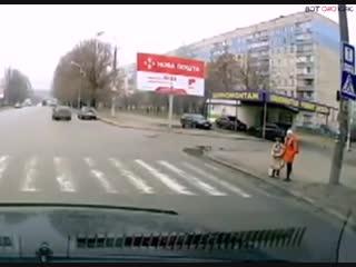 Минутка добра. Водитель помог детям дорогу перейти (ВоК)