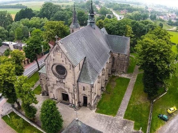 Kościół św. Mikołaja w Żarnowie z lotu ptaka