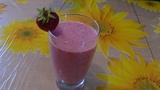 Смузи из клубники с бананом, коктейль на молоке. Smoothies of strawberries
