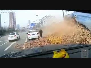 Перегруженный водитель фуры не смог затормозить и чуть не угробил людей.
