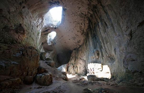 Пещера Проходна. Глаза Бога в Болгарии Пещера Проходна одна из самых известных пещер не только в Болгарии, но и во всем мире. Чаще всего её называют «Глазами Бога», и взглянув на фотографии вы