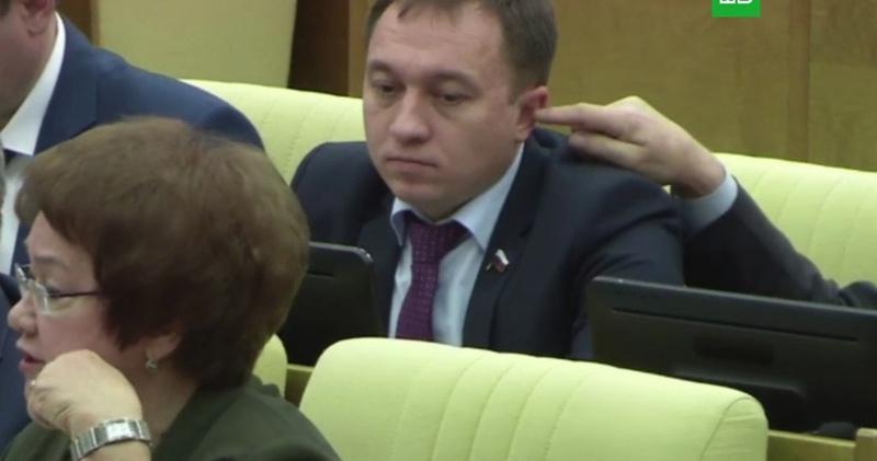 В Госдуме отреагировали на попытку депутата засунуть палец в ухо коллеге