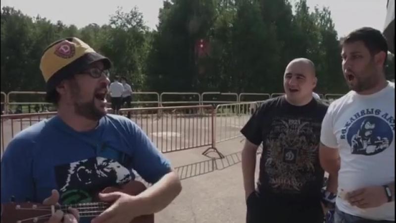 Динамовский болельщик отжигает в Туле.