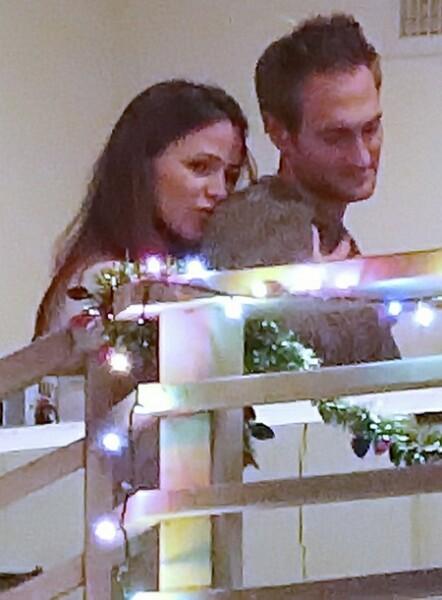 Дженнифер Гарнер и бизнесмен Джон Миллер на свидании в Лос-Анджелесе О новом романе актрисы заговорили в октябре прошлого года, но их совместные с Джоном снимки появлялись лишь однажды. Сегодня