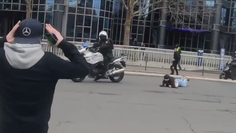 💥Un motard renverse une manifestante et prend la fuite