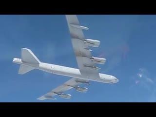 Российские Су-27 сопровождают бомбардировщик США