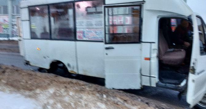 В Луганске вновь ЧП с маршруткой. Колесо отлетело на полном ходу