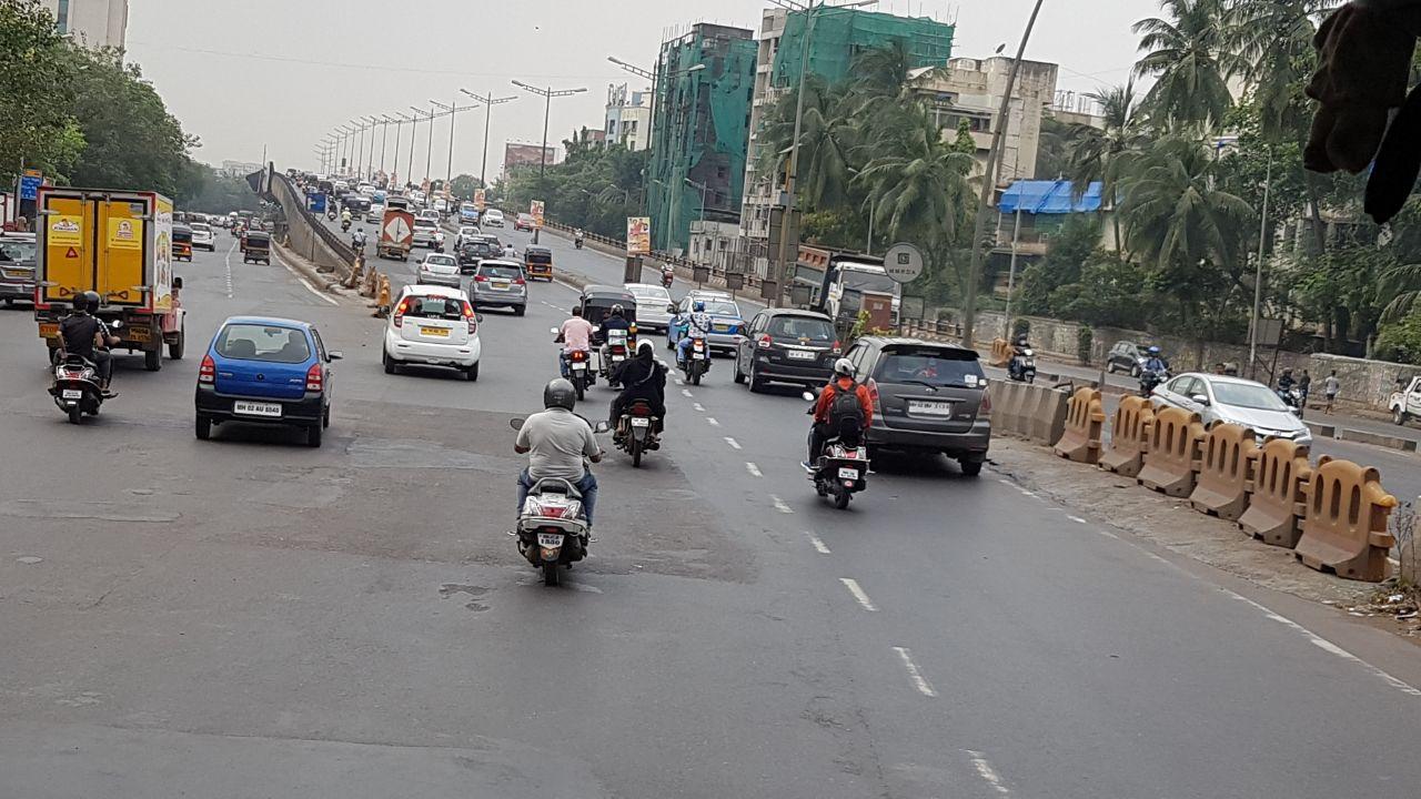 Трасса в Мумбаях, дороги убиты, постоянные пробки, смог, и непонятные дома под сетками