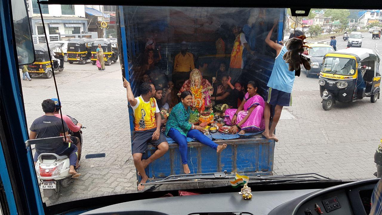 грузовичек с пассажирами - празднуют - перерождение Кали богини, прям на трассе, везут ее статую и радуются индусы