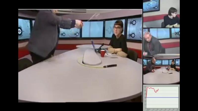 Михаил Веллер помог Бычковой поставить микрофон на место и поймал струю воды в кружку