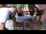 Раб вычищает обувь своим госпожам