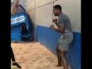 Энтони Джошуа тренирует реакцию с теннисными мячами