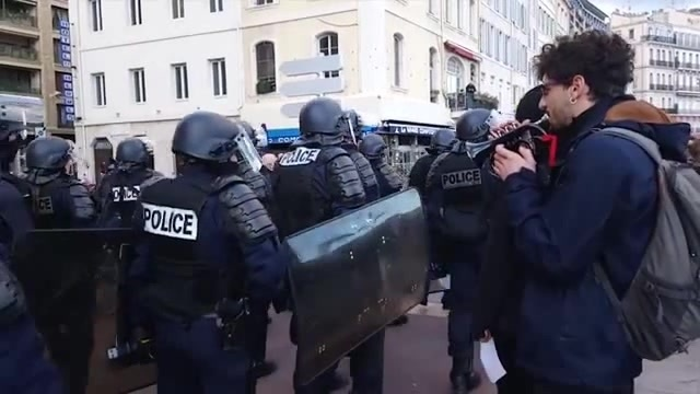 Paris 🎺 Yellow Vests Movement Police 👮♂️👮♂️ and Star Wars
