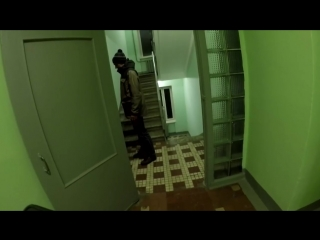Молодой человек стучится в чужие квартиры