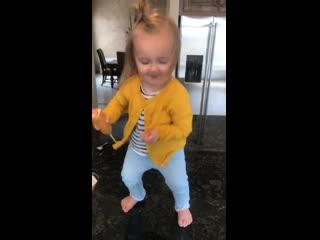 Радостная девочка танцует