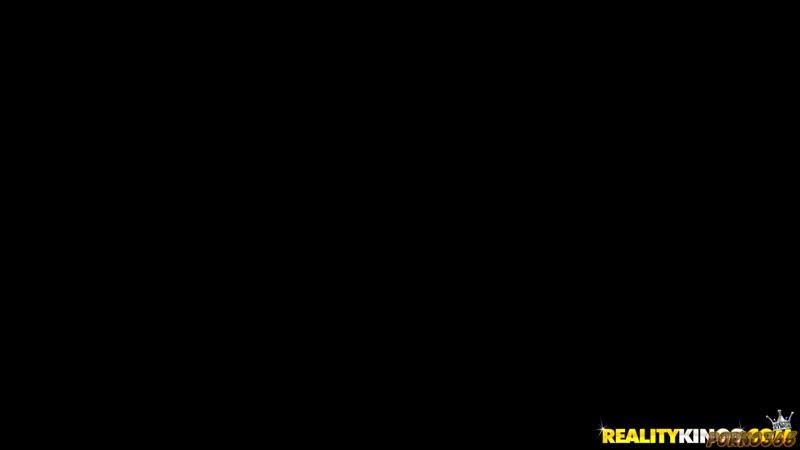 Пышная брюнетка неслабо зажгла в групповухе во время съемок межрасового лесбийского порно