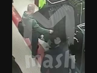 Парень без палева вынес куртку Nike из магазина в Москве