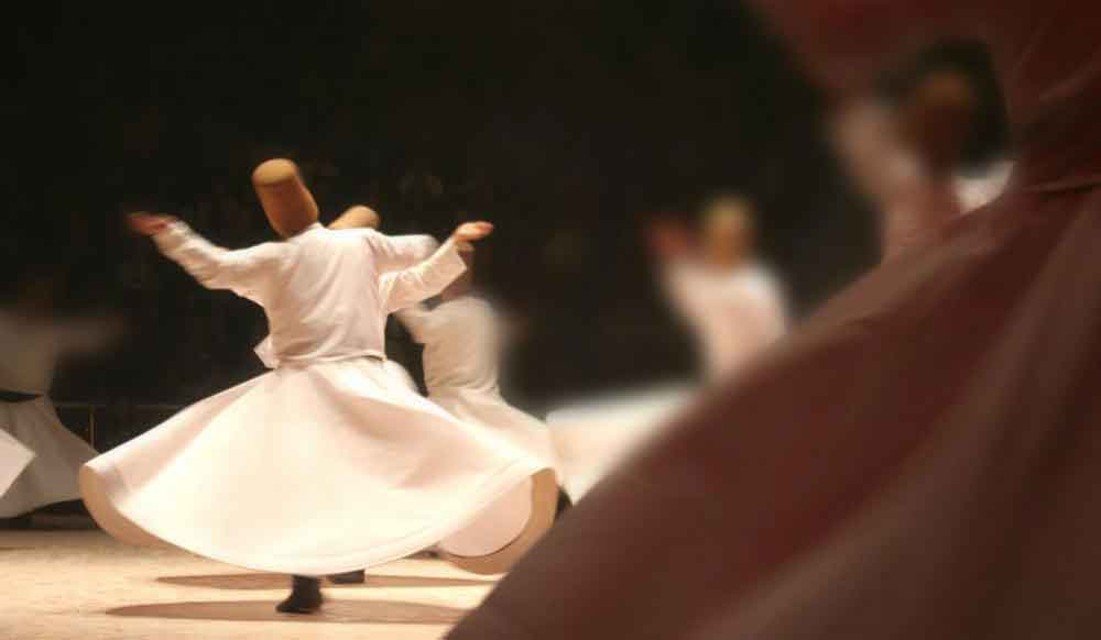 Суфийские мистики танцуют в экстазе.