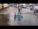 Две девушки вспомнили детство и искупались в луже после дождя