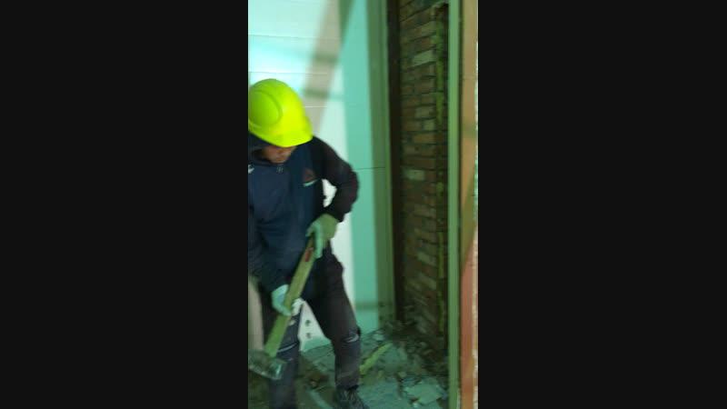 На работе. Попробовали поломать стену кувалдой.