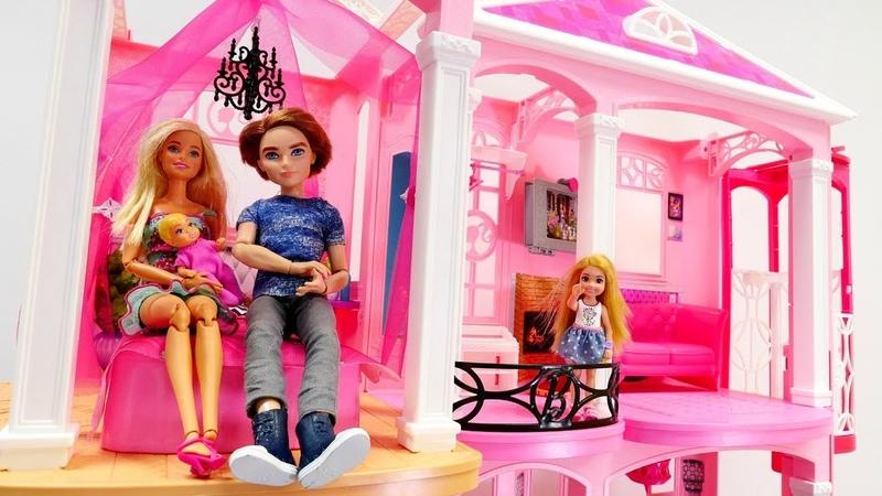Juguetes de Barbie. La casa de muñecas. Vídeos para niñas.