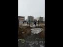 Перелезают через забор. Комсомольск-на-Амуре. Мобильный репортёр