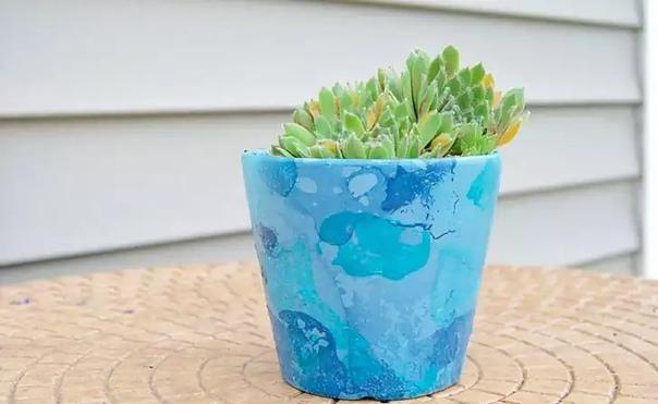 Простой способ украсить цветочный горшок с помощью лака для ногтей